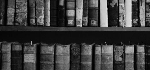 книги на полке, домашняя библиотека