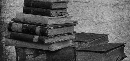 книги на столе, стопка книг