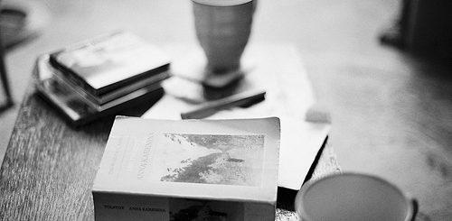 книги на столе, кофе и чтение