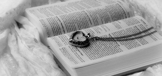 книга на кровати и кулон