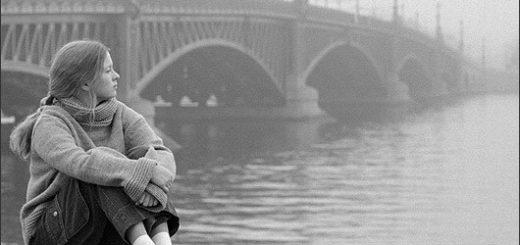 девушка на фоне моста, грустное фото
