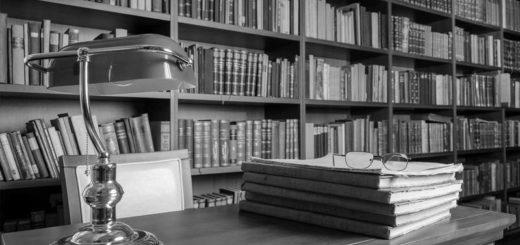 стол в библиотеке