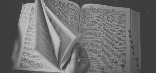 книга на столе, открытая книга