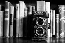 книжная полка и винтажный фотоаппарат