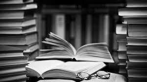 книги на столе и очки