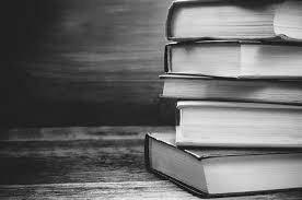 стопка книг на столе, обучение