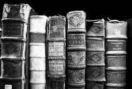 старинные книги на полке