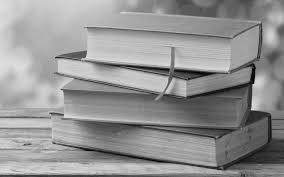 стока книг на столе