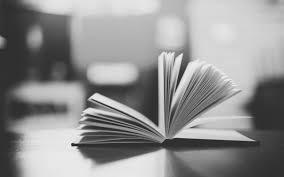 раскрытая книга крупным планом