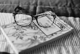 книга и очки, натюрморт