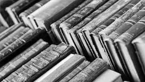 книги в стопках