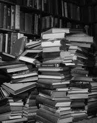 книги на полках в шкафу