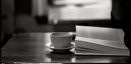 книга и кофе на столе