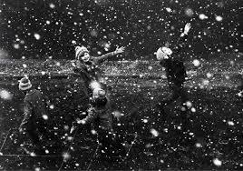 дети радуются снегу и зиме
