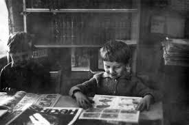 дети читают газету