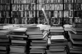 стопки книг, книжный магазин