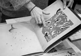 человек листает книгу