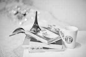 красивая картинка с книгами, кофе и безделушками