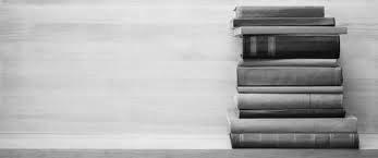 стопка книг на столе