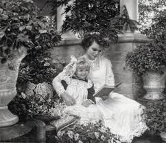 мама и ребенок читают книгу