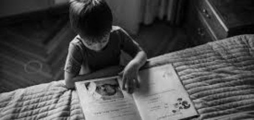 ребенок учит стих, читает книгу