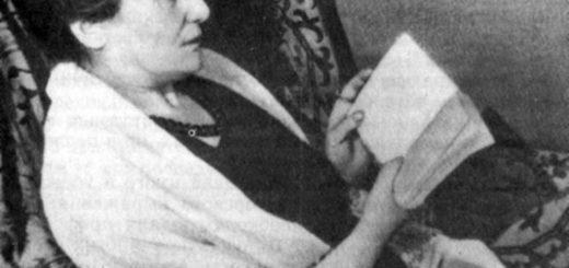 Анна Ахматова читает книгу