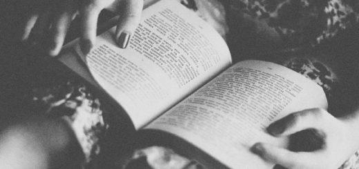 человек читает книгу